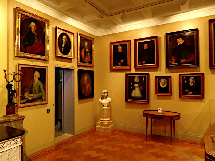 Foto van zaal met schilderijen in museum Meermanno