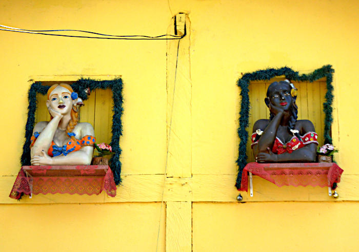 Foto vam muur met twee beelden van vrouwen in raam
