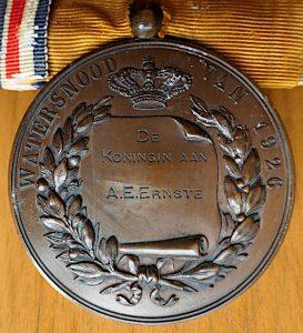 Foto van achterkant medaille met naam