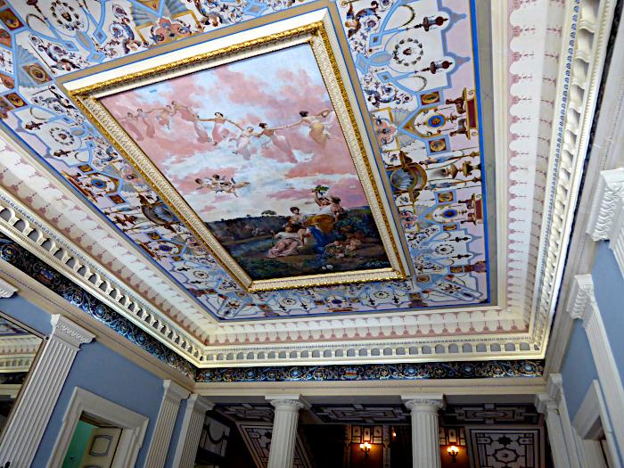 Foto van rijk beschilderd plafond