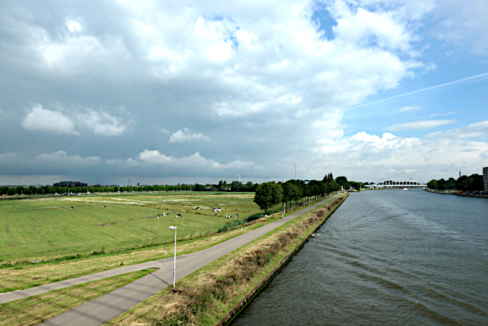 Foto van kanaal en weiland