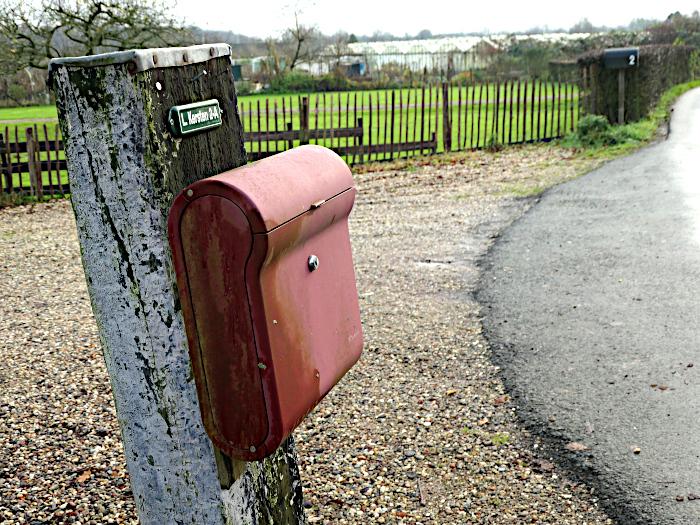 Foto van brievenbus aan weg