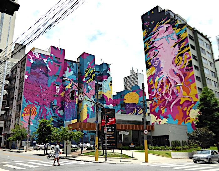 Foto van flatgebouwen met kleurige muurschildering