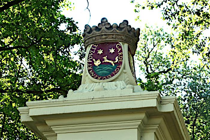 Foto van deel van poort met opschrift en kroon
