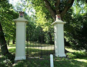 Foto van poort naar park