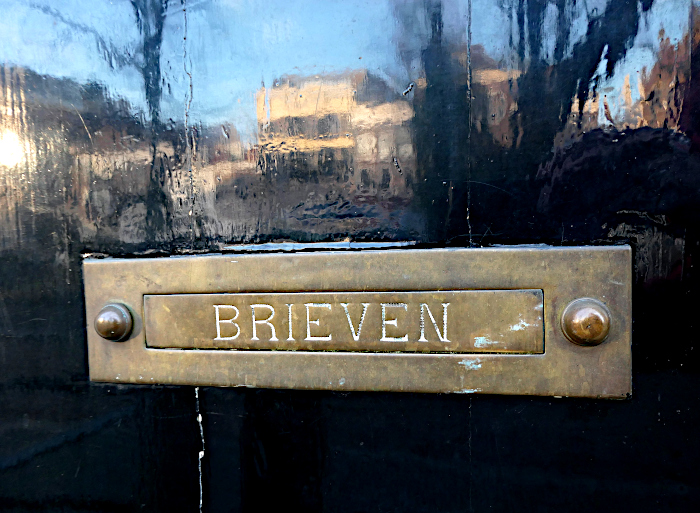 Foto van brievenbus in spiegelende deur