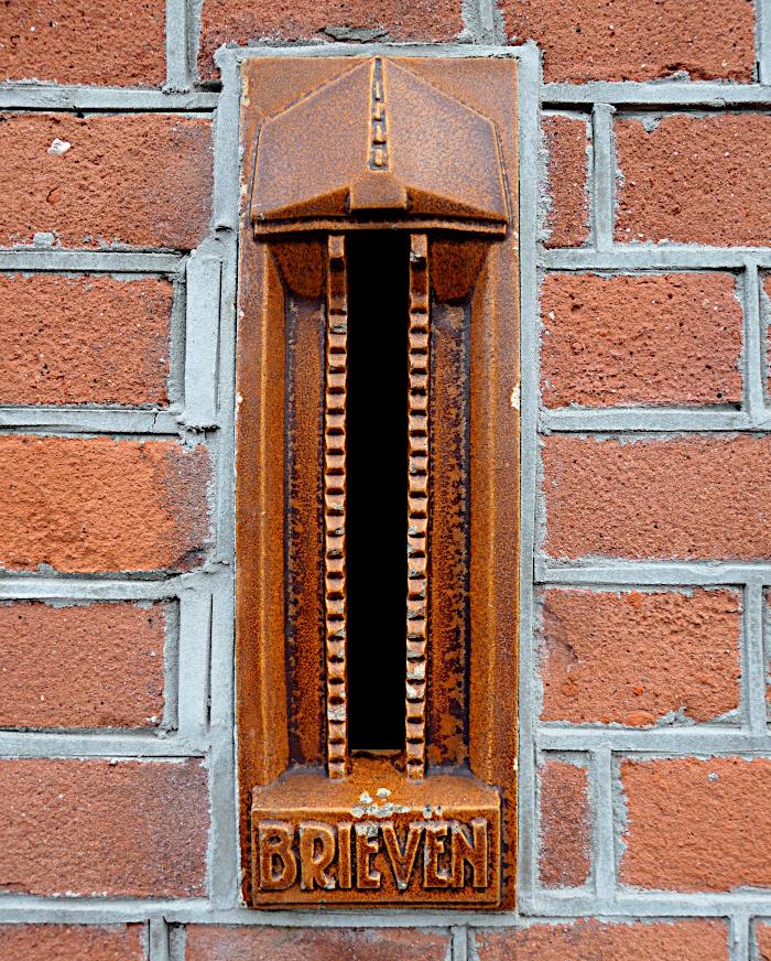 Foto van geglazuurde aardewerken brievenbus
