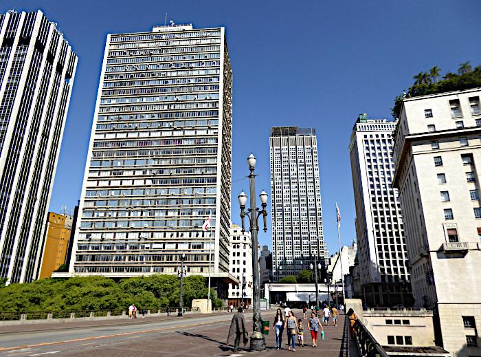 Foto van straat met hoogbouw