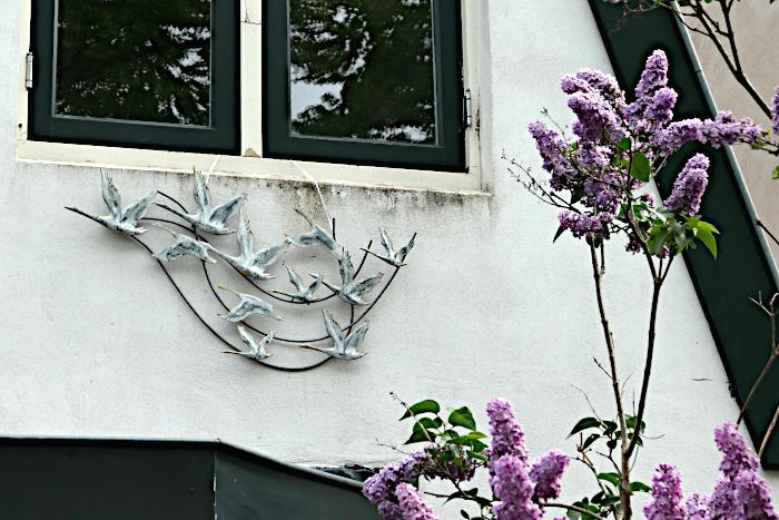 Foto van huis met muurdecoratie met zwerm vogels