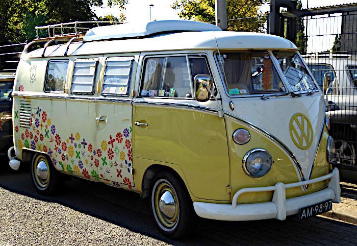 Foto van Volkswagen Kombi met bloemetjesdecoratie