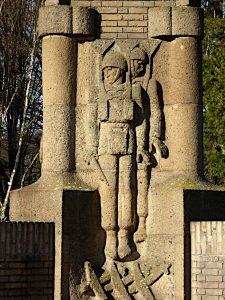 Foto van detail van monument met parachutisten
