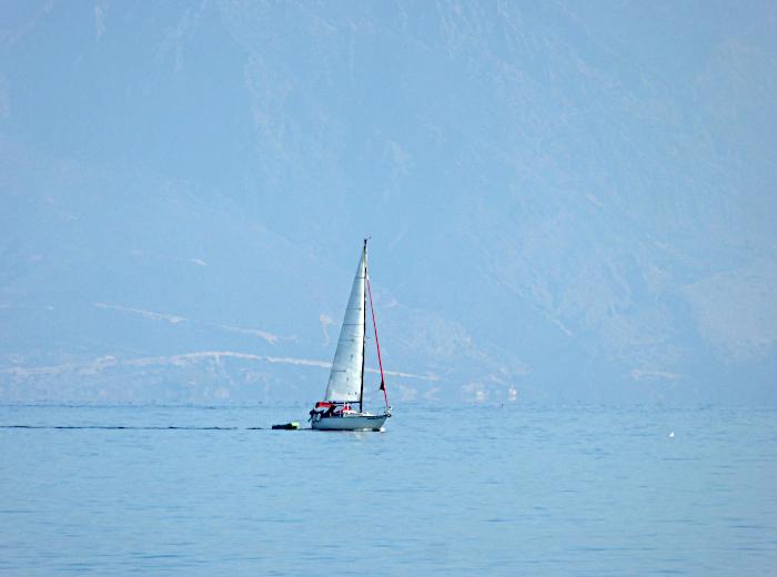 Foto van zeilboot op zee