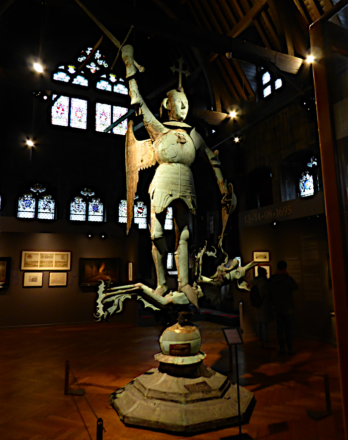 Foto van standbeeld van aartsengel