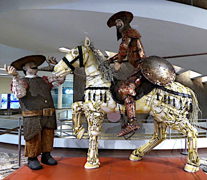 Foto van beeld gemaakt uit plastic afval van Don Quichote en Sancho Panza