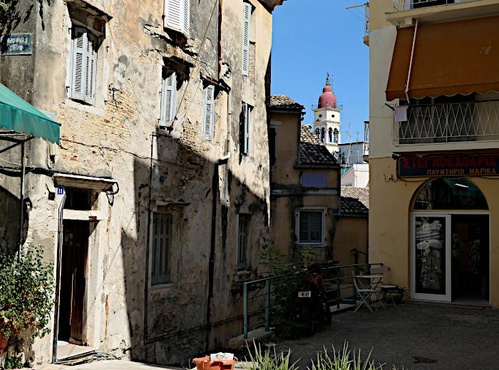 Foto van straatje en kerktoren in de verte