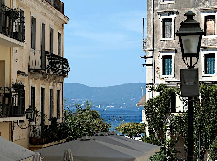 Foto van zicht op zee tussen gebouwen
