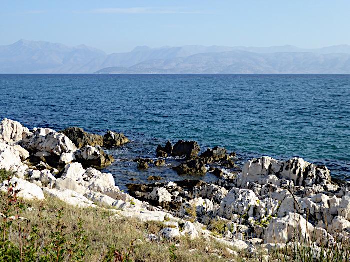 Foto van rotskust en blauwe zee