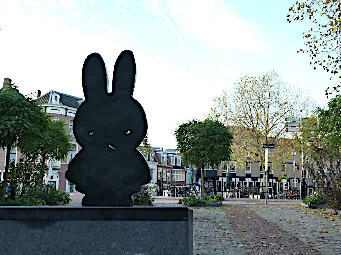 Foto van beeld van Nijntje op plein