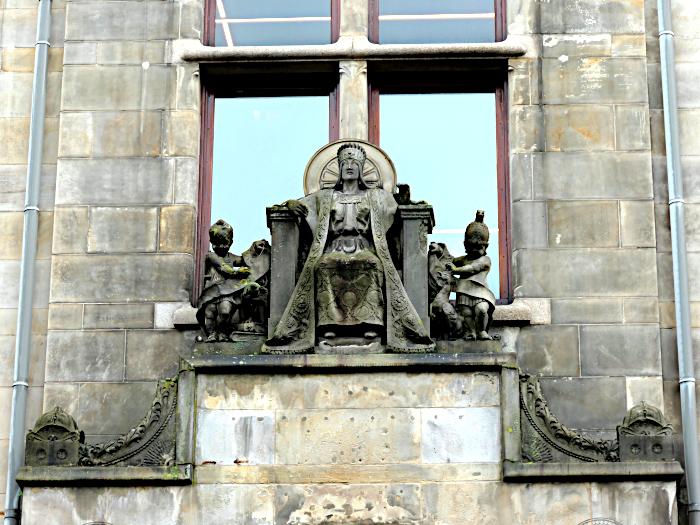 Foto van beeldengroep aan gevel gebouw
