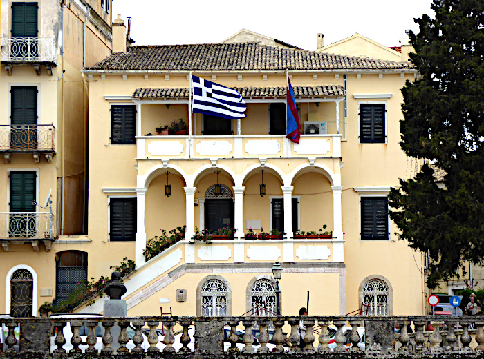 Foto van gebouw met Griekse vlag
