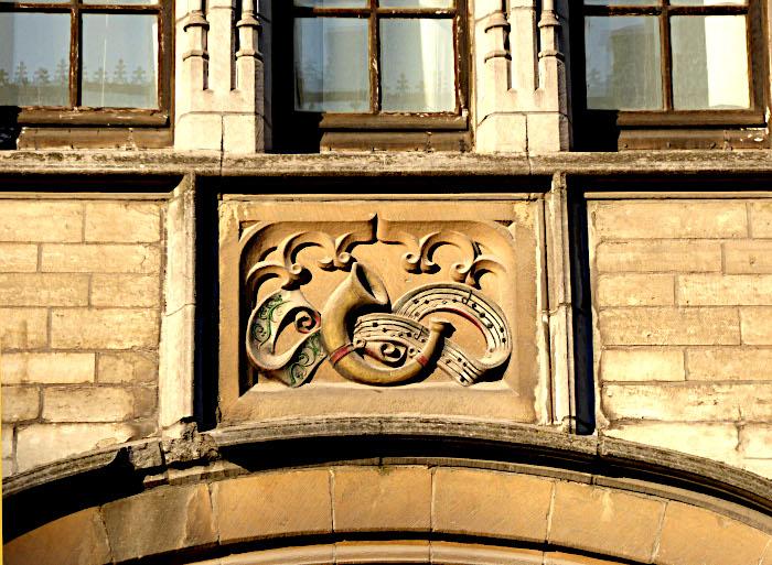 Foto van gevelsteen met hoorn en notenbalk