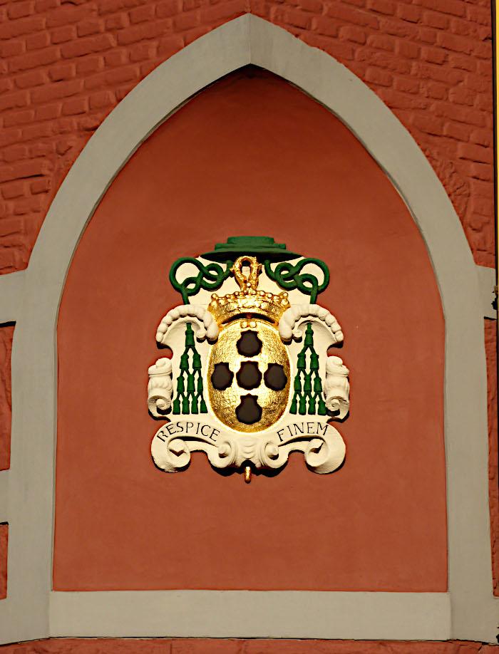 Foto van wapenschild met spreuk 'respice finem'