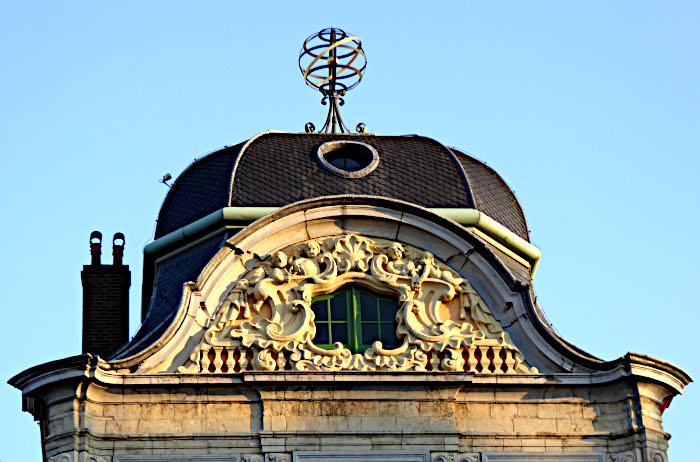 Foto van dakkoepel met rijkbewerkt raam