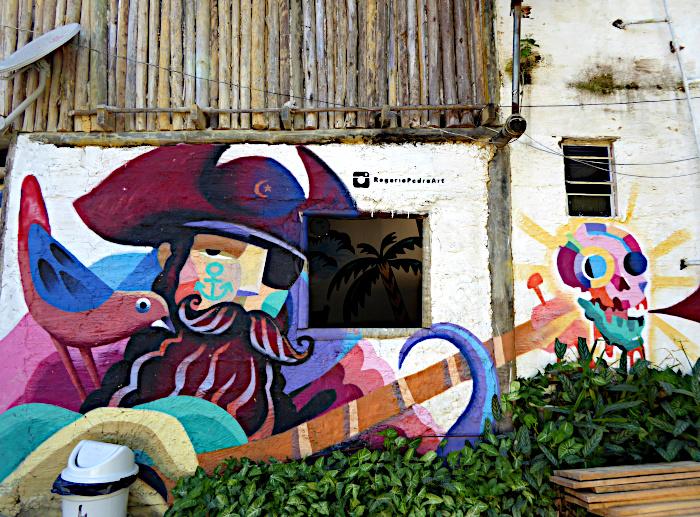 Foto van muurschildering van bebaarde piraat