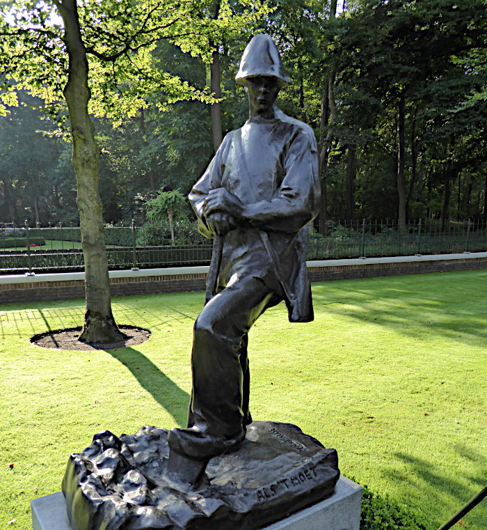 Foto van standbeeld van man met geweer en spade