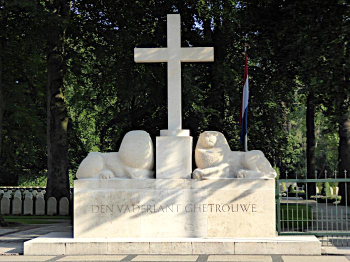 Foto van monument met kruis en leeuwen
