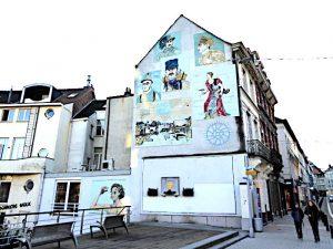 Foto van straat met gevel met schildering