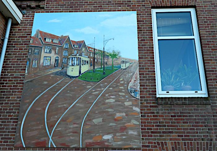Foto van bord met afbeelding van oude tram