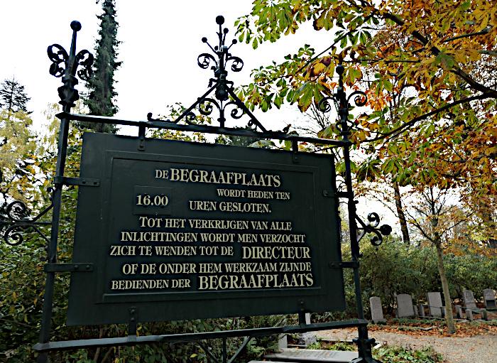 Foto van bord op begraafplaats