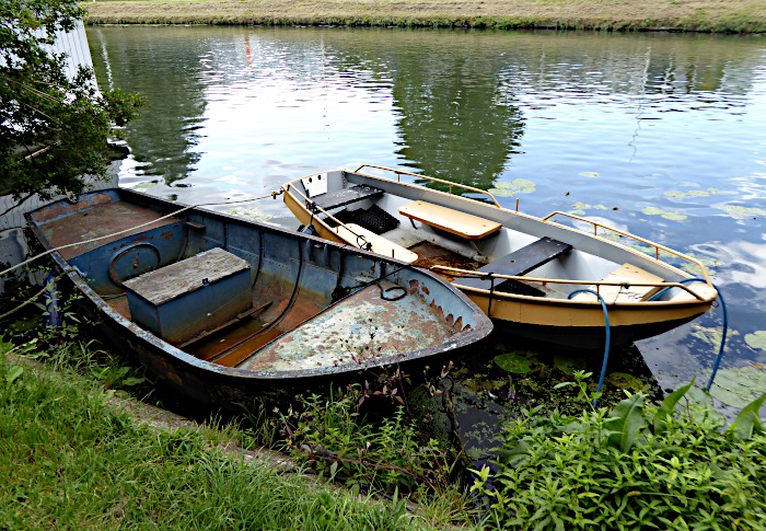 Foto van twee kleine bootjes