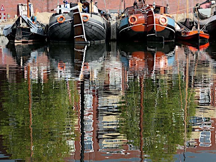 Foto van boten en reflectie in water