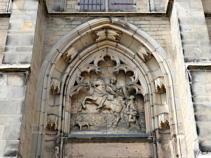 Foto van relief aan kerk met Sint Maarten
