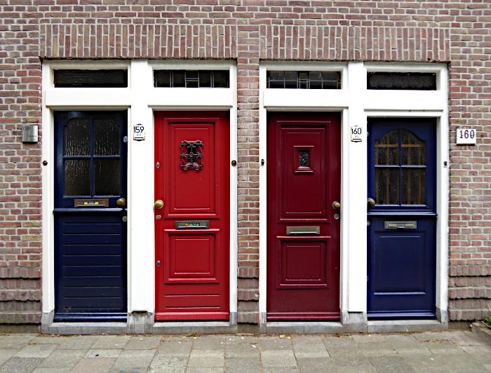 Foto van vier voordeuren naast elkaar