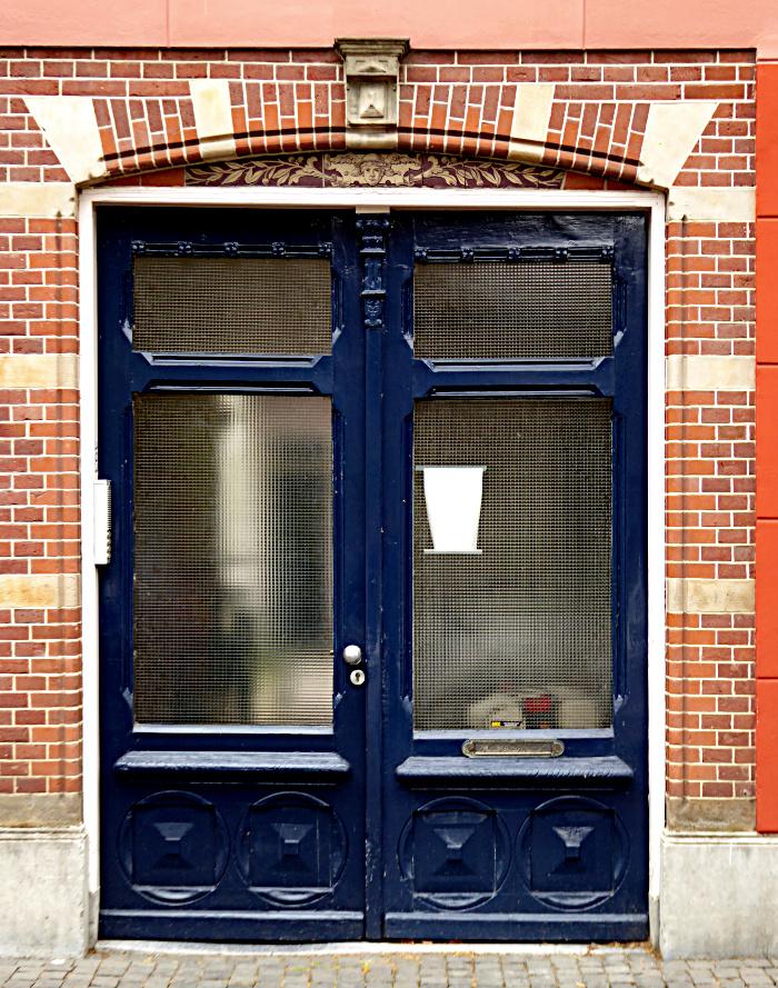Foto van schildering met gezicht boven dubbele deur