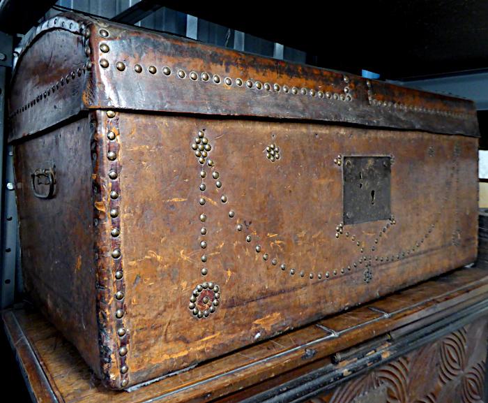 Foto van met leer beklede grote hutkoffer