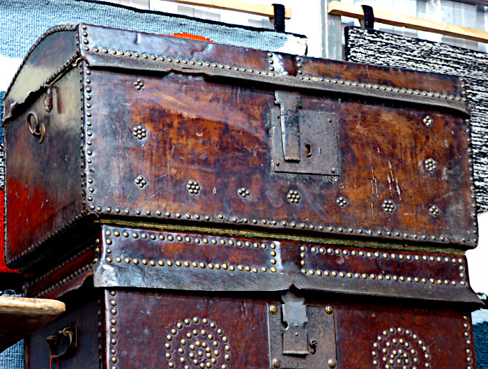 Foto van hutkoffers met ijzeren sloten