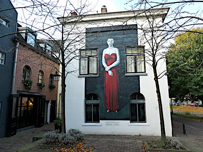 Foto van wit gebouw met muurschildering van Pyke Koch