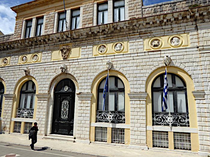 Foto van voetganger voor stadhuis Corfu Stad