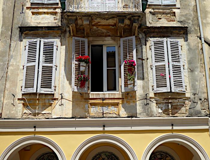Foto van venster s met luiken en bloemen