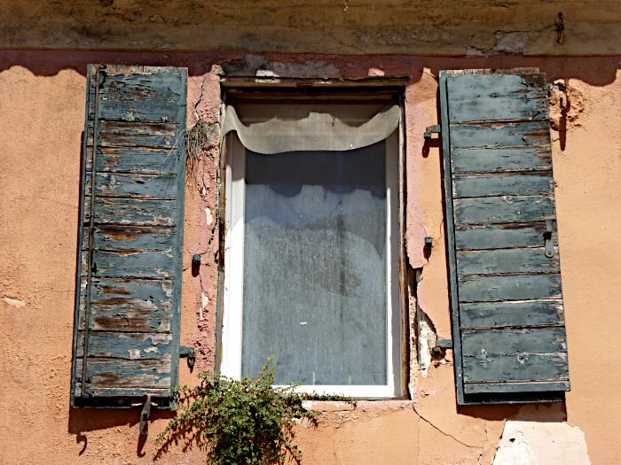 Foto van venster met oude luiken