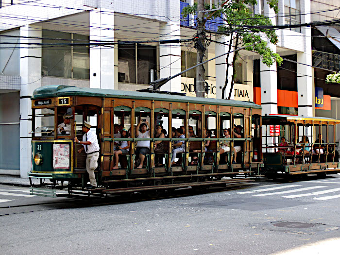 Foto van oude tram met houten cabine