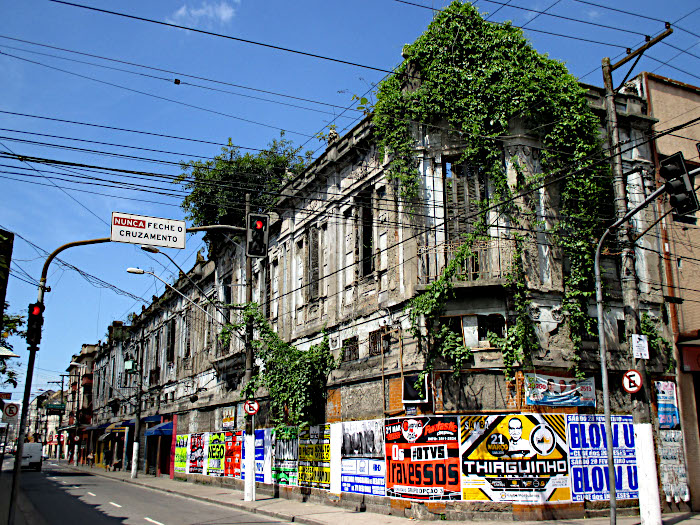 Foto van gebouw vol klimop
