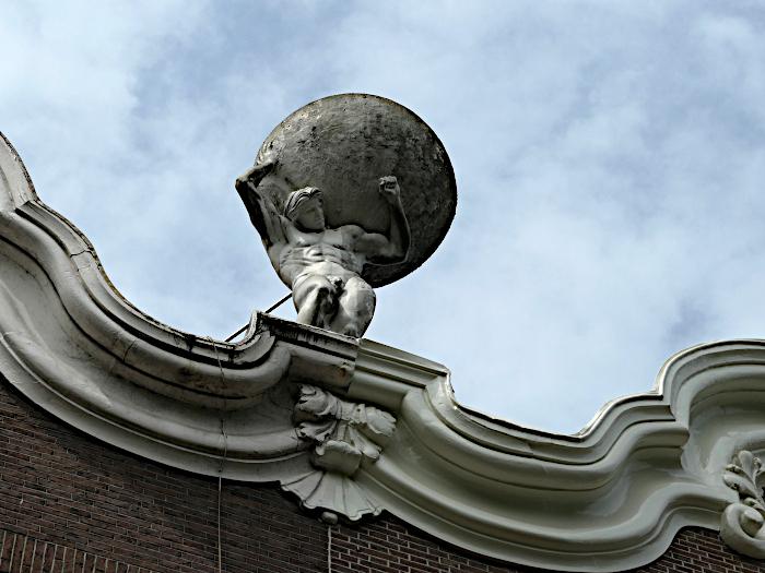 Foto van beeld van Atlas met grote bol op zijn rug
