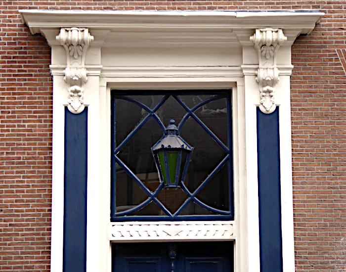 Foto van lamp in raam boven deur