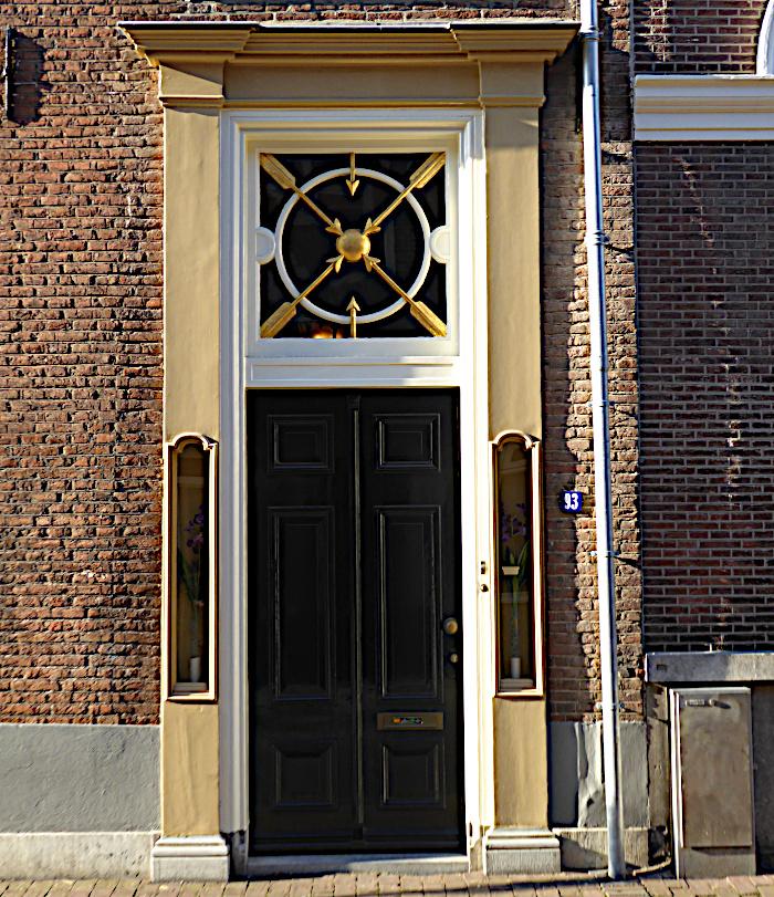 Foto van deur met bovenlicht met decoratie