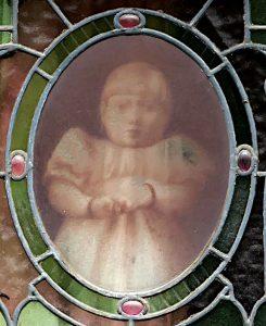 Foto van afbeelding meisje in glas in lood (detail)